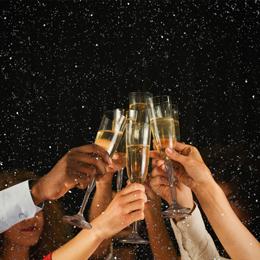 shutterstock_734892805_sekt_glas_feiern_anstossen_party
